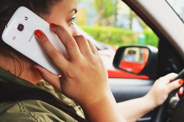 rozmowa przez telefon w aucie