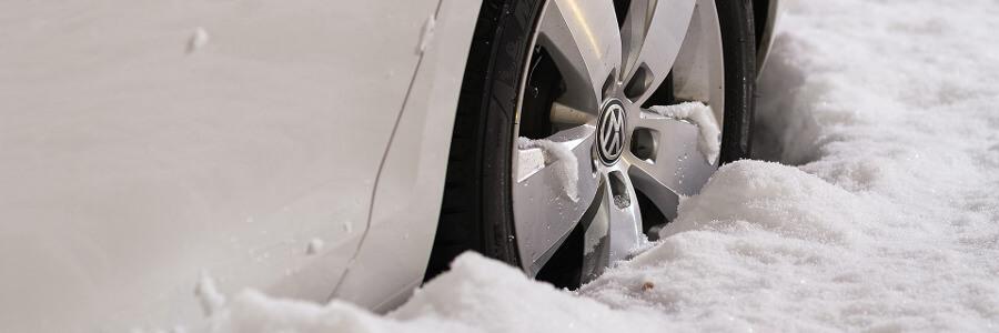 koło samochodu na śniegu
